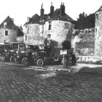 LKWs mit Holzrädern